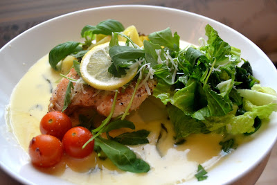 Pyhäinpäivän ruoka: Broileria ja sitruunakastiketta, parsakaali-perunoita ja yrttivihersalaattia