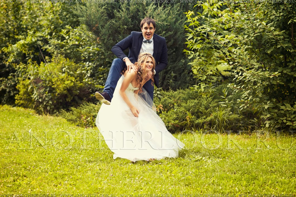 жених и невеста дурачатся