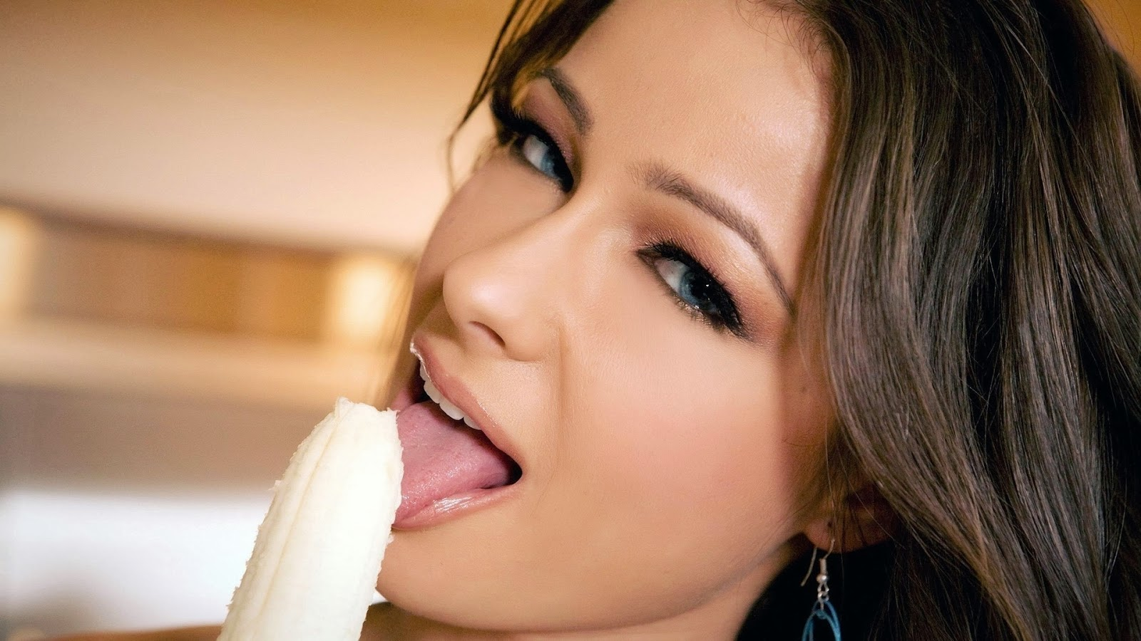 Melisa Mendiny Erotic Banana Eating Wallpaper