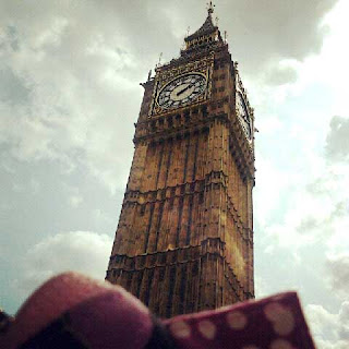 Tilkkupantteri-vetoketjupussukka ja Big Ben Lontoossa