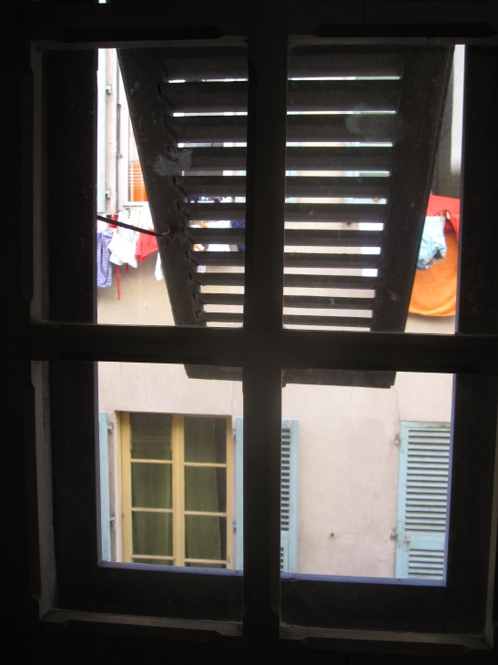 Vu du balcon j 39 aime pas attendre for Une jalousie fenetre