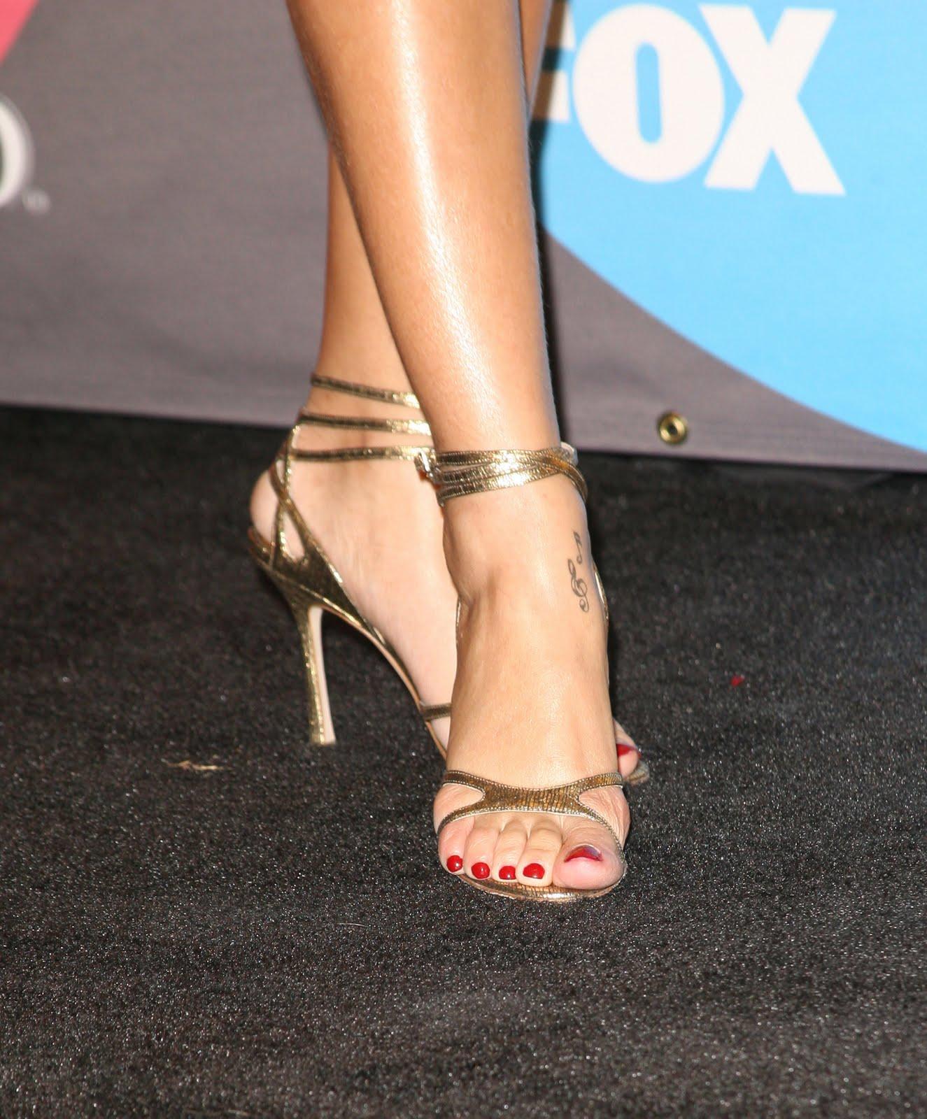 http://3.bp.blogspot.com/-5hpXsbgosuw/TihMpfxZoYI/AAAAAAAABjw/t8myK2JYyLI/s1600/Rihanna-Feet-347846.jpg