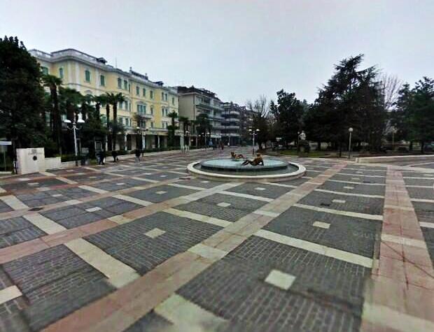 File:Fotografia della Piazza di Abano Terme.jpg