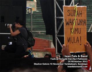 konser Iwan Fals Surabaya 2012