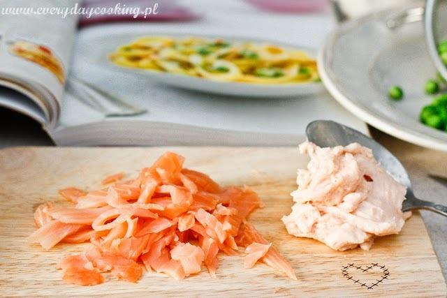 Tagliatelle z wędzonym łososiem i groszkiem