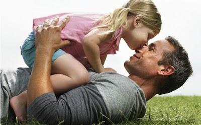كيف تكون أباً جيداً لأطفالك ,بنت تقبل ابوها اباها رجل يلعب مع طفلة ,girl kiss dad father man playing