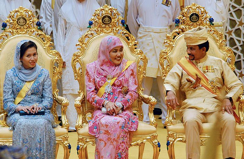 DYTM Pangiran Isteri Azrinaz Mazhar binti Hakim, Kebawah DYMM Paduka