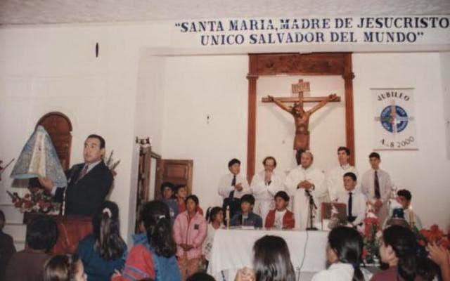 CARLOS FIGUEROA PRESENTANDO EL MANTO A LA COMUNIDAD DE LUJÁN (N) EN LA MISA CONCELEBRADA