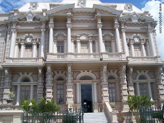 Fachada principal del Palacio Catón