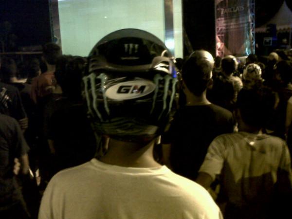 Nonton acara musik pake helm