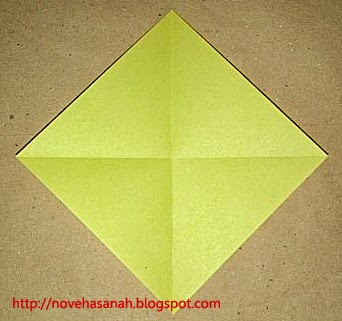 cara melipat kertas origami menjadi bentuk ayam yang sangat mudah sehingga cocok untuk anak TK atau anak SD langkah 4