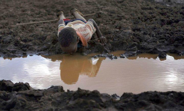 Es foto encarna de manera muy desgarradora, la dura realidad de algunos lugares de nuestro mundo, en donde el agua escasea, y no importa el estado en el que este o las enfermedades que esta traiga, tan solo la beben, porque es el elemento vital para la vida.
