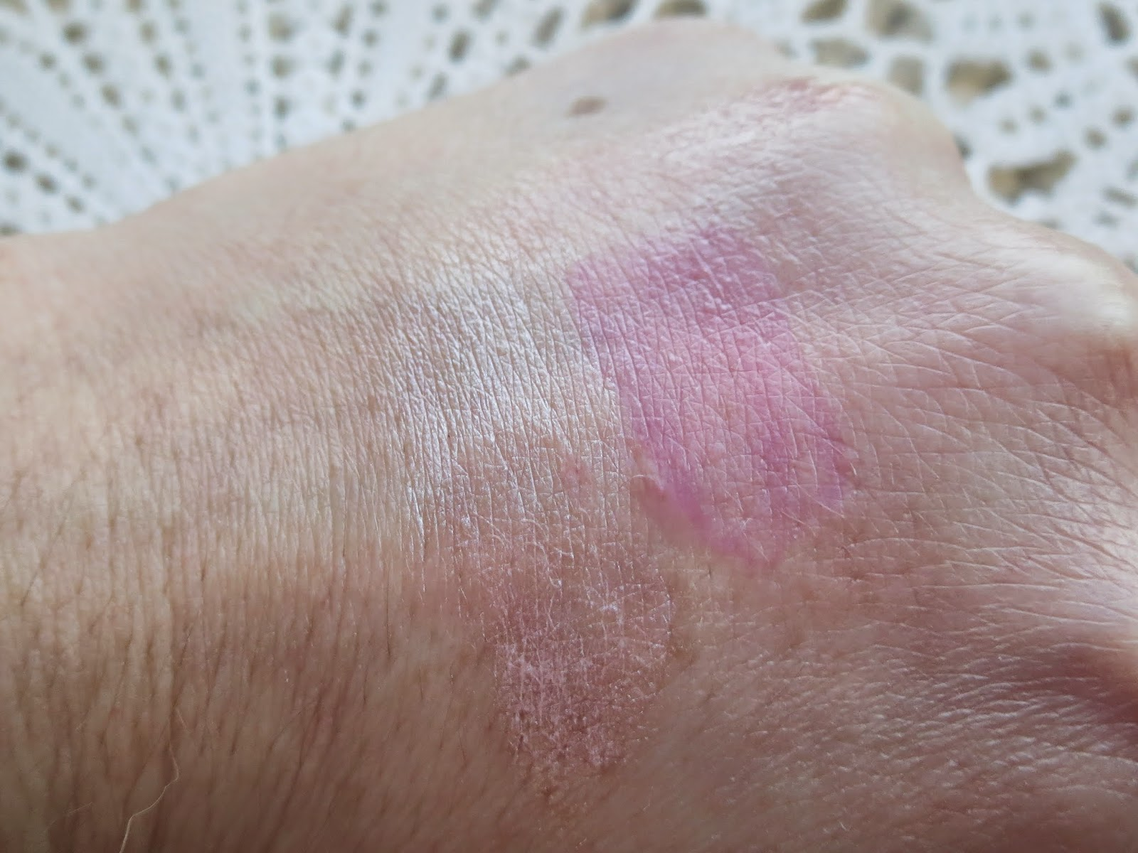 a picture of Benefit Cheek me out (swatch, blended out)