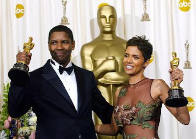 Denzel Washingon y Halle Berry con sus respectivos Oscars en 2002