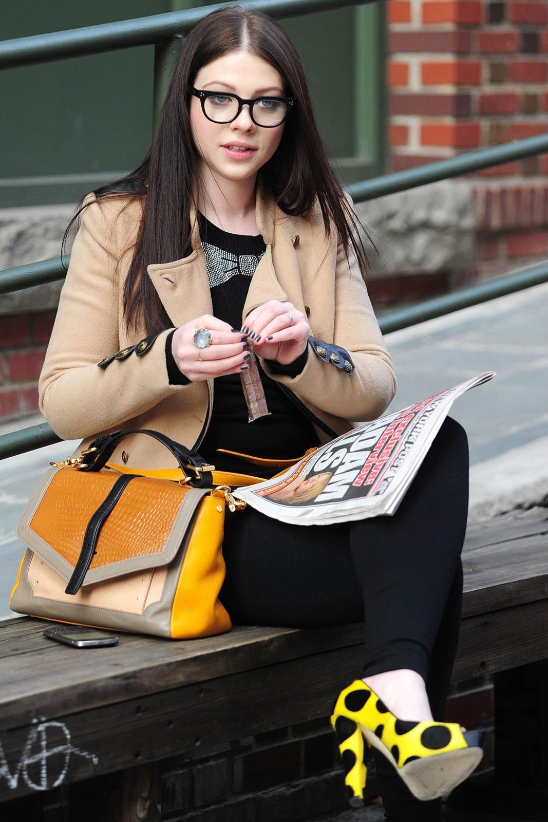 http://3.bp.blogspot.com/-5lVJcQF2BNs/T46G1JmmYcI/AAAAAAAAN_c/MmIoGiI3Kg4/s1600/sploogeblog_michelle_trachtenberg%2B_glasses_leggings_candids_04%2B-%2BCopy.jpg