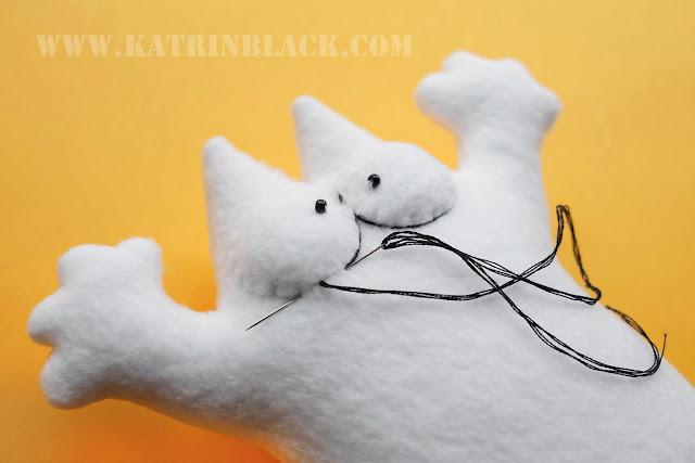 Как сшить игрушку - кота Саймона своими руками? Обшиваем глаза