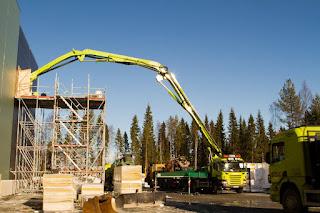 Guindaste operando durante a construção do Datacenter de Luleå