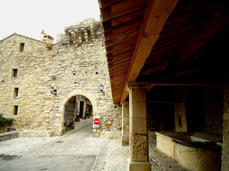 Le lavoir et la porte des Huguenots