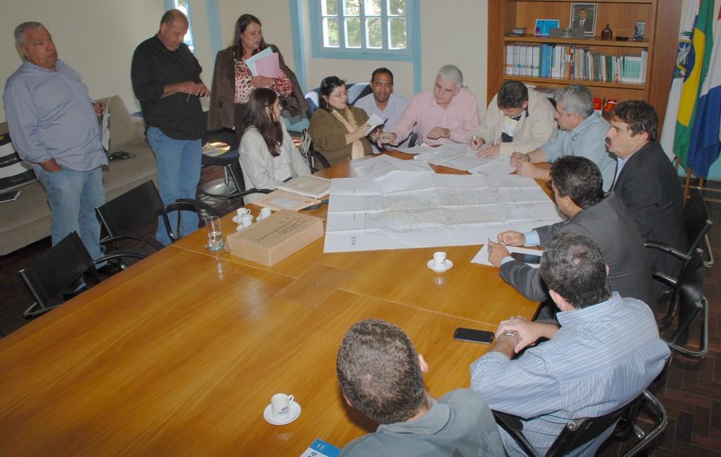 Uma reunião entre o Ministério Público e os prefeitos dos municípios de Teresópolis, Sumidouro, Sapucaia e São José do Vale do Rio Preto aconteceu na manhã desta quarta-feira, 24, no gabinete do Prefeito Arlei