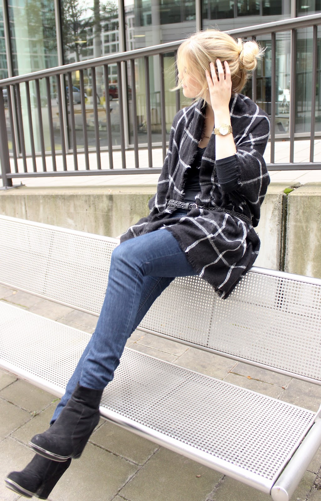 TheBlondeLion Outfit Cape Michael Kors Zara kariert Schal Poncho
