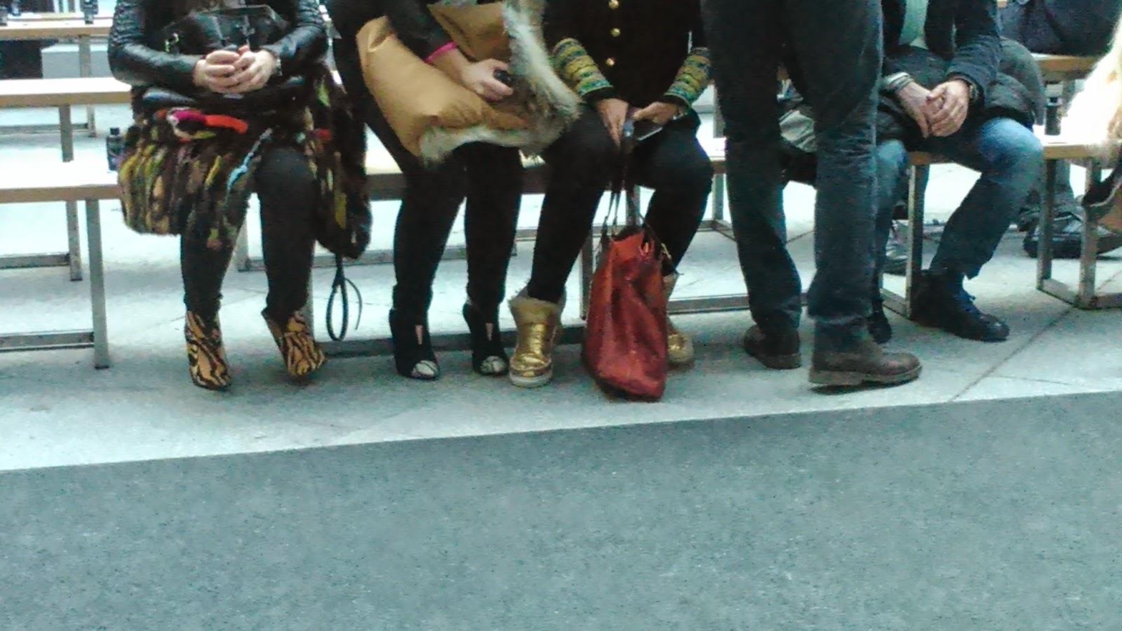 pies de asistentes al desfile La Condesa