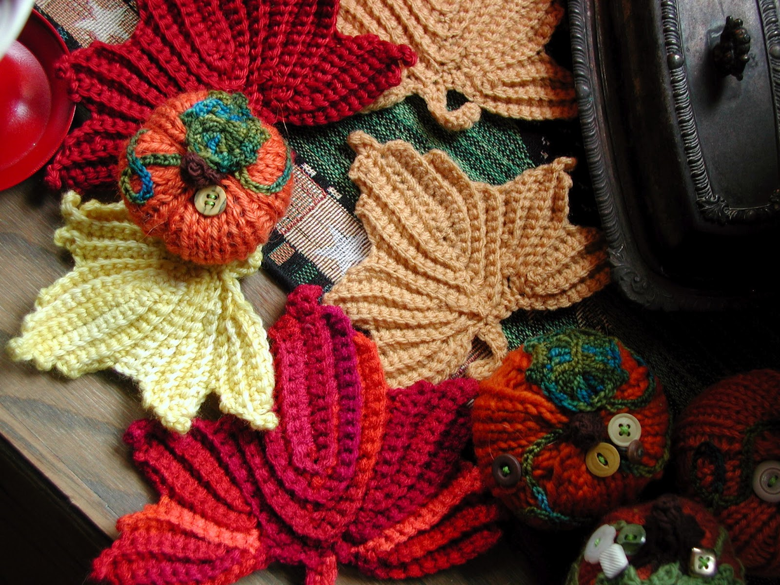 Knit Maple Leaf Pattern Free : Fiddlesticks - My crochet and knitting ramblings.: Crocheted Leaves