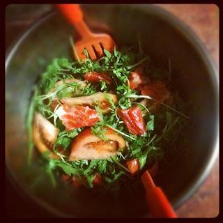 Салат с форелью и рукколой