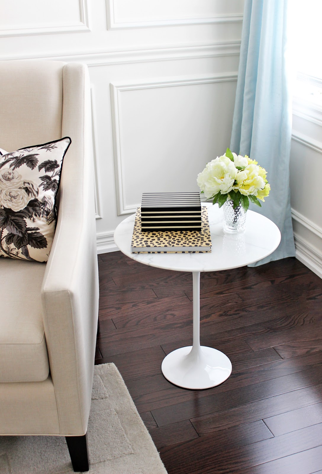 am dolce vita style a marble tulip side table. Black Bedroom Furniture Sets. Home Design Ideas