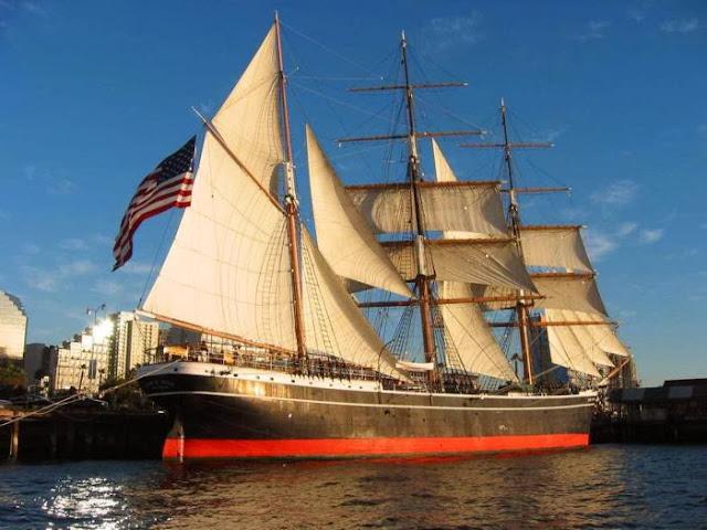 парусник с американским флагом на борту