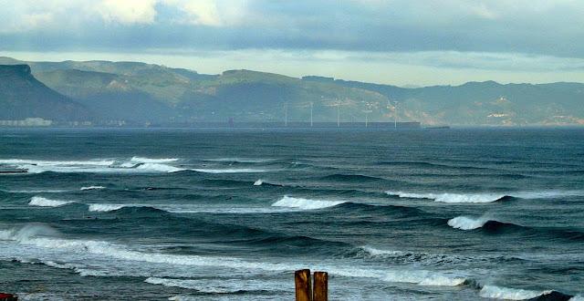olas por todos lados en sopelana atxabiribil