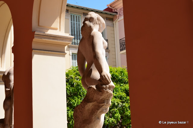 Menton  - statue
