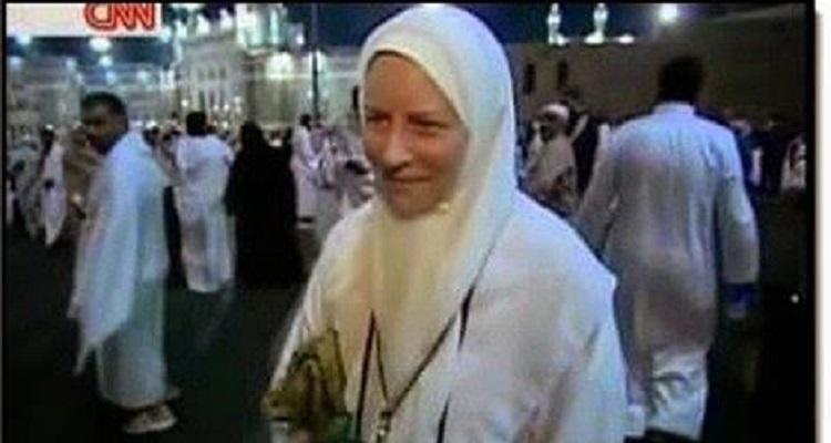طبيبه امريكيه تعلن اسلامها بعد كشفها على سيده مسلمه