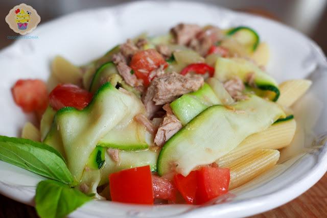 makaron z tuńczykiem cukinią i pomidorami, makaron z tuńczykiem, penne z cukinią i tuńczykiem, penne z cukinią