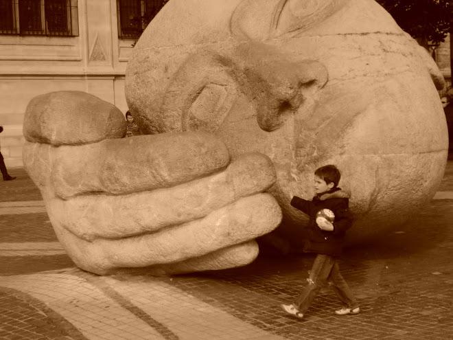 Menino caminhando com a bola na mão em um lugar insólito.