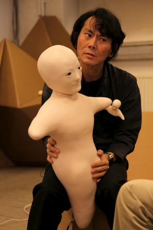 Profesor Iroshi Ishiguro con androides Telenoid R1 y Elfoid - Japón
