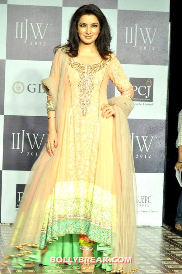 , Kristina Akheeva Walks For Manish Malhotra At Iijw 2012