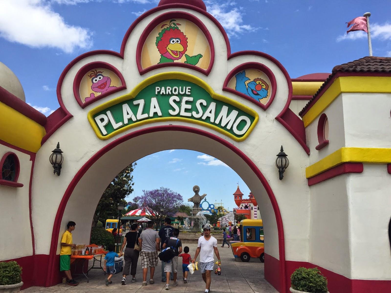 Personas entrando al Parque Plaza Sésamo en Monterrey