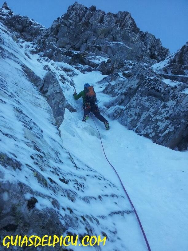 Fernando Calvo guia alta montaña , guiasdelpicu.com ascensiones y corredores invernales
