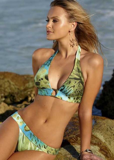 Elisandra Tomacheski sexy in Bikini fashion