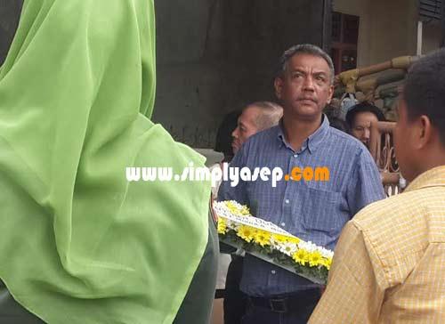 BERDUKA:  Tampak jelas guratan kesedihan dan duka mendalam terpancar jelas dari wajah Bang Robert Iskandar saat mengiringi jenasah mendiang ibundanya untuk dibawa menuju peristirahatan terakhir. Foto Asep Haryono.
