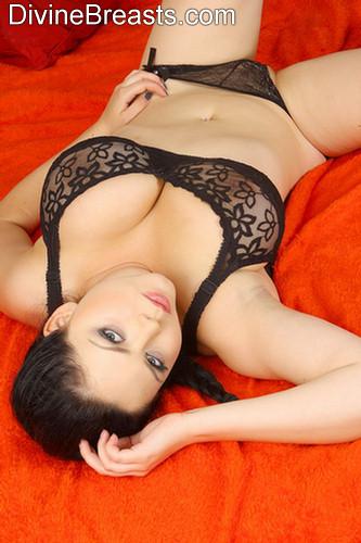 Mujeres Desnudas: chica recibiendo masaje y sexo oral