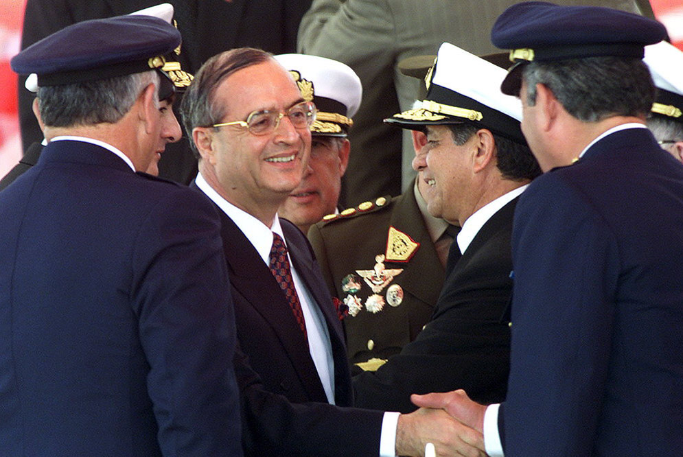Vladimiro Montesinos (con gafas), durante una ceremonia militar en Lima en 2000.