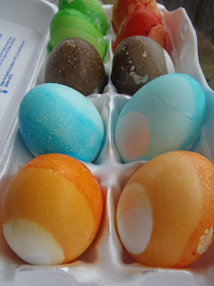 How to Dye Eggs on the Cheap with Koolaid http://muttnut.blogspot.com/
