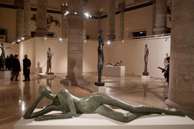Vista general de la exposición, en primer término desnudo femenino tumbado de frente