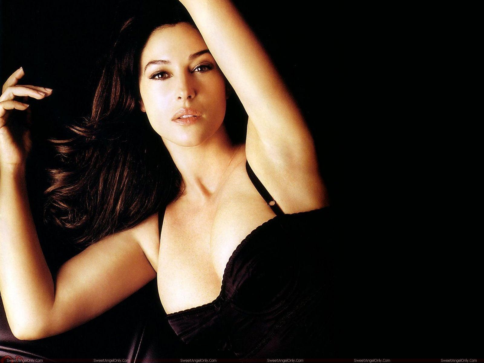 monica bellucci hot wallpapers fun hungama. Black Bedroom Furniture Sets. Home Design Ideas