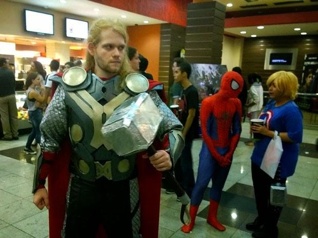 Sósia de Thor posa para foto antes de pré-estreia de novo filme. (Foto: Alan Tiago Alves/G1)