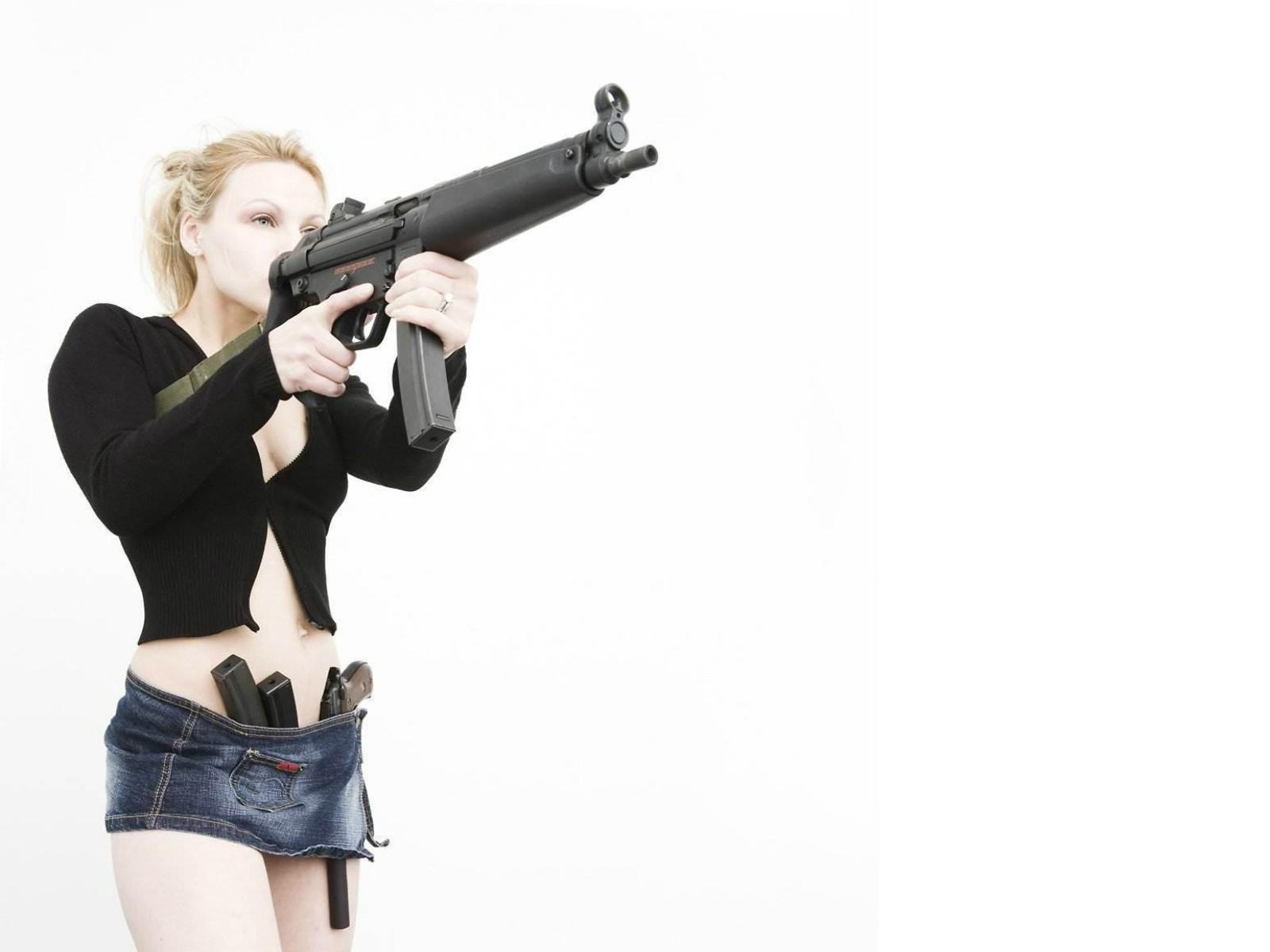 http://3.bp.blogspot.com/-5tJqxTUe0tg/TmtHQGJOUJI/AAAAAAAAC6U/3x8dCdNU9EU/s1600/mp5_blondes_girls_with_gun_www.Vvallpaper.net.jpg
