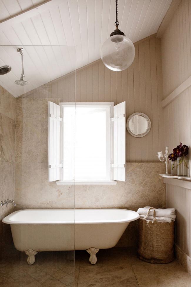 Baño de piedra con bañera