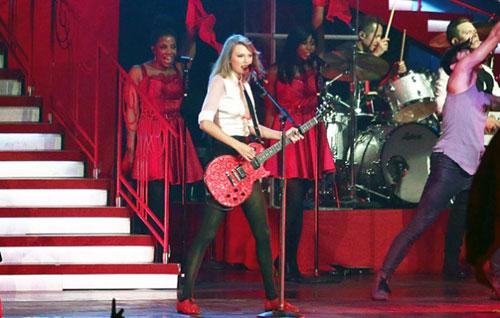Foto Taylor Swift Menyanyi Diiringi Penyanyi Latar