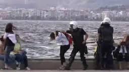 Des policiers turques frappent des passants